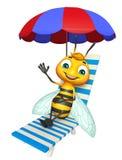 Χαριτωμένος χαρακτήρας κινουμένων σχεδίων μελισσών με την καρέκλα παραλιών Στοκ Φωτογραφία