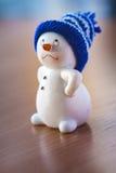 Χαριτωμένος χιονάνθρωπος στον ξύλινο πίνακα Στοκ εικόνες με δικαίωμα ελεύθερης χρήσης