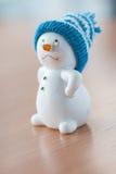 Χαριτωμένος χιονάνθρωπος στον ξύλινο πίνακα Στοκ Εικόνες