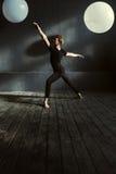 Χαριτωμένος χορευτής μπαλέτου που αποδίδει στο διακοσμημένο στούντιο Στοκ Φωτογραφίες