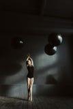 Χαριτωμένος χορευτής μπαλέτου που εκφράζει την κομψότητα στο στούντιο στοκ φωτογραφία με δικαίωμα ελεύθερης χρήσης