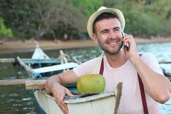 Χαριτωμένος ψαράς που καλεί τηλεφωνικώς στοκ εικόνες με δικαίωμα ελεύθερης χρήσης