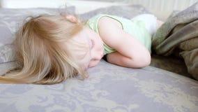 Χαριτωμένος ύπνος κοριτσάκι και να ξυπνήσει Το μικρό κορίτσι δεν θέλει ξυπνήστε Οκνηρό πρωί φιλμ μικρού μήκους