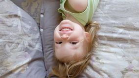 Χαριτωμένος ύπνος κοριτσάκι και ξυπνώντας και μάτια ανοίγματος Χαμογελώντας παιδί το πρωί απόθεμα βίντεο