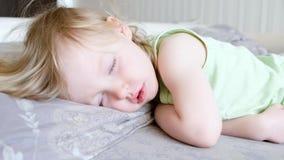 Χαριτωμένος ύπνος κοριτσάκι και ξυπνώντας και μάτια ανοίγματος Χαμογ απόθεμα βίντεο