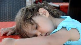 Χαριτωμένος ύπνος μικρών κοριτσιών με τη teddy αρκούδα στο κρεβάτι απόθεμα βίντεο