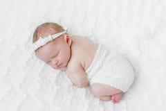 Χαριτωμένος ύπνος μωρών στην κοιλιά της Στοκ Εικόνα