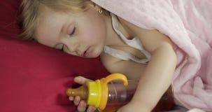Χαριτωμένος ύπνος μωρών στο κρεβάτι στο σπίτι Ύπνος μικρών κοριτσιών στο φως πρωινού φιλμ μικρού μήκους