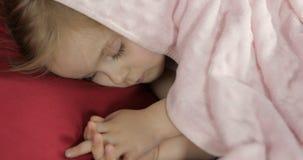 Χαριτωμένος ύπνος μωρών στο κρεβάτι στο σπίτι Ύπνος μικρών κοριτσιών στο φως πρωινού στοκ φωτογραφία