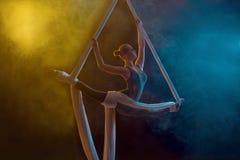 Χαριτωμένος gymnast που εκτελεί την εναέρια άσκηση Στοκ Φωτογραφίες