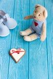 Χαριτωμένος teddy αντέχει, καρδιά, και παπούτσια μωρών Στοκ Φωτογραφία