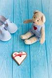 Χαριτωμένος teddy αντέχει, καρδιά, και παπούτσια μωρών Στοκ εικόνες με δικαίωμα ελεύθερης χρήσης