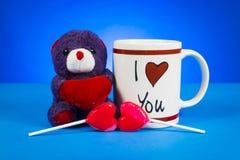 Χαριτωμένος teddy αντέχει μια καρδιά καθμένος το επόμενο ot Στοκ Εικόνες
