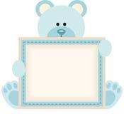 Χαριτωμένος teddy αντέχει το κρατώντας κενό σημάδι για την ανακοίνωση αγοράκι απεικόνιση αποθεμάτων