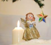 Χαριτωμένο άγαλμα αγγέλου με το κερί και το αστέρι Στοκ φωτογραφίες με δικαίωμα ελεύθερης χρήσης