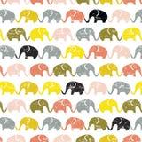 Χαριτωμένο άνευ ραφής σχέδιο με τους ελέφαντες στα χρώματα κρητιδογραφιών Illu παιδιών Διανυσματική απεικόνιση