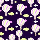 Χαριτωμένο άνευ ραφής σχέδιο στο βρεφικό σταθμό Μπαλόνι ζεστού αέρα, σύννεφα Άνευ ραφής ανασκόπηση Το σχέδιο στα χρώματα κρητιδογ Στοκ Φωτογραφία