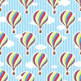 Χαριτωμένο άνευ ραφής σχέδιο στο βρεφικό σταθμό Μπαλόνι ζεστού αέρα, σύννεφα Άνευ ραφής ανασκόπηση Το σχέδιο στα χρώματα κρητιδογ Στοκ φωτογραφίες με δικαίωμα ελεύθερης χρήσης