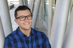Χαριτωμένο άτομο με το χαμόγελο γυαλιών στοκ εικόνες