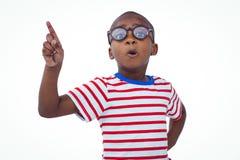 Χαριτωμένο δάχτυλο τινάγματος αγοριών που λέει το αριθ. στη κάμερα στοκ φωτογραφία