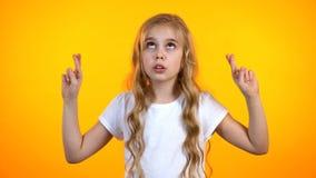 Χαριτωμένο έφηβη που διασχίζει τα δάχτυλα και που ανατρέχει, προληπτική πίστη στην τύχη στοκ εικόνα