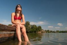 Χαριτωμένο έφηβη που κάνει ηλιοθεραπεία στη βάρκα Στοκ Εικόνες