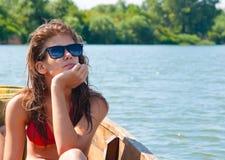 Χαριτωμένο έφηβη που κάνει ηλιοθεραπεία στη βάρκα Στοκ εικόνα με δικαίωμα ελεύθερης χρήσης