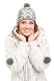 Χαριτωμένο έφηβη που φορά το γκρίζο χαμόγελο καπέλων beanie στοκ εικόνα