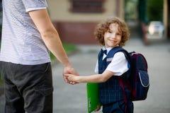 Χαριτωμένο λίγο πρώτο γκρέιντερ πηγαίνει στο σχολείο Στοκ Εικόνες