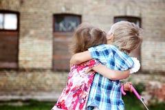 Χαριτωμένο αγκάλιασμα μικρών παιδιών και κοριτσιών Στοκ εικόνες με δικαίωμα ελεύθερης χρήσης