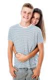 Χαριτωμένο αγκάλιασμα ζευγών εφήβων Στοκ εικόνα με δικαίωμα ελεύθερης χρήσης
