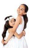 Χαριτωμένο αγκάλιασμα κοριτσιών Στοκ Εικόνες