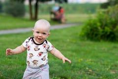 Χαριτωμένο αγοράκι που παίζει και που γελά στο πάρκο Το καλοκαίρι είναι γύρω από πολλά ενδιαφέροντα πράγματα πρασινάδων για crumb στοκ φωτογραφίες