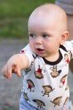 Χαριτωμένο αγοράκι που παίζει και που γελά στο πάρκο Το καλοκαίρι είναι γύρω από πολλά ενδιαφέροντα πράγματα πρασινάδων για crumb στοκ εικόνα με δικαίωμα ελεύθερης χρήσης