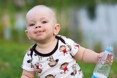 Χαριτωμένο αγοράκι που παίζει και που γελά στο πάρκο Το καλοκαίρι είναι γύρω από πολλά ενδιαφέροντα πράγματα πρασινάδων για crumb στοκ φωτογραφία