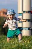 Χαριτωμένο αγοράκι που παίζει και που γελά στο πάρκο Το καλοκαίρι είναι γύρω από πολλά ενδιαφέροντα πράγματα πρασινάδων για crumb στοκ εικόνες