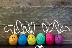 Χαριτωμένο λαγουδάκι αυγών Πάσχας στο ξύλινο υπόβαθρο Αστεία διακόσμηση Στοκ εικόνα με δικαίωμα ελεύθερης χρήσης