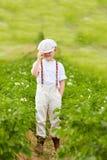 Χαριτωμένο αγόρι αγροτών στις σειρές πατατών Στοκ Εικόνες