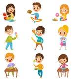 Χαριτωμένο αγόρι και κορίτσια που έχουν brekfast ή μεσημεριανό γεύμα καθορισμένο, παιδιά που απολαμβάνουν τις διανυσματικές απεικ απεικόνιση αποθεμάτων