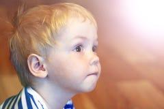 Χαριτωμένο αγόρι με τα ξανθά μαλλιά Στοκ Φωτογραφία