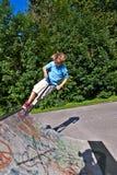 Χαριτωμένο αγόρι με το κράνος και το μηχανικό δίκυκλο Στοκ Φωτογραφίες