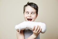 Χαριτωμένο αγόρι με το σπασμένο βραχίονα Στοκ Εικόνες