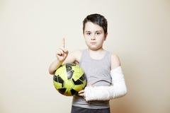 Χαριτωμένο αγόρι με το σπασμένο βραχίονα Στοκ Φωτογραφίες