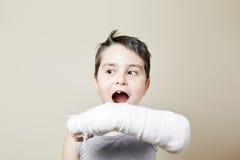 Χαριτωμένο αγόρι με το σπασμένο βραχίονα Στοκ Φωτογραφία