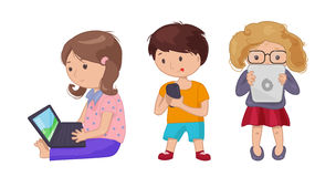 Χαριτωμένο αγόρι νέων κοριτσιών με το lap-top υπολογιστών, ταμπλέτα, eBook ελεύθερη απεικόνιση δικαιώματος