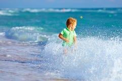 Χαριτωμένο αγόρι παιδιών που έχει τη διασκέδαση στην κυματωγή θάλασσας Στοκ φωτογραφίες με δικαίωμα ελεύθερης χρήσης