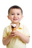 Χαριτωμένο αγόρι παιδιών που τρώει το παγωτό που απομονώνεται Στοκ Φωτογραφίες