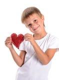 Χαριτωμένο αγόρι που κρατά μια κόκκινη καρδιά - βαλεντίνος Στοκ Φωτογραφία