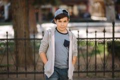 Χαριτωμένο αγόρι που περπατά στην πόλη Μοντέρνος έφηβος έξω στοκ φωτογραφία με δικαίωμα ελεύθερης χρήσης