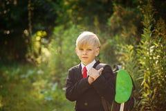Χαριτωμένο αγόρι που πηγαίνει πίσω στο σχολείο Αγόρι στο κοστούμι Παιδί με το σακίδιο πλάτης στην πρώτη σχολική ημέρα Στοκ φωτογραφία με δικαίωμα ελεύθερης χρήσης